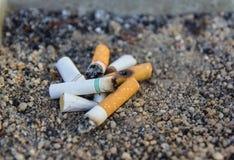 Zigarettenkippen in einem Aschenbecher Lizenzfreies Stockfoto