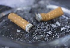 Zigarettenkippen im Aschenbecher Stockfoto