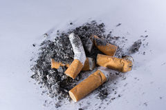 Zigarettenkippen und Asche Stockbilder
