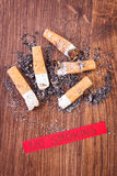 Zigarettenkippen und Asche, gesunde Lebensstile ohne Zigaretten Lizenzfreie Stockfotografie