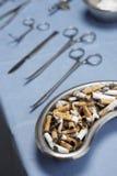 Zigarettenkippen und Betriebsausrüstungen auf Tabelle Lizenzfreie Stockfotos