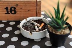Zigarettenstummel auf Aschenbecher lizenzfreie stockbilder
