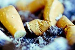 Zigarettenstummel und -asche Stockfotos
