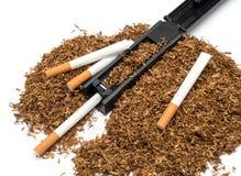 Zigarettenwalzwerk und leeres Zigarettenrohr und -tabak Stockfotografie