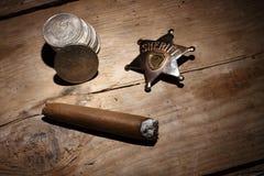 Zigarre, Abzeichen und Münzen Stockbilder