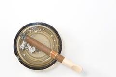Zigarre auf Aschenbecher lizenzfreie stockfotos