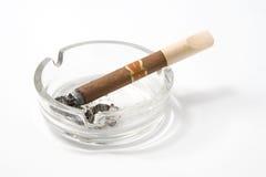 Zigarre auf Aschenbecher Stockbild