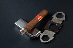 Zigarre, Feuerzeug und Scherblock Stockfotografie