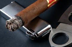Zigarre, Feuerzeug und Scherblock Stockbild