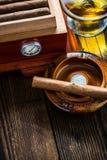 Zigarre mit Glas des Kognaks und des Luftfeuchtigkeitsreglers Lizenzfreie Stockfotos