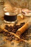 Zigarre und heißer Kaffee auf dem Holztisch lizenzfreie stockfotografie