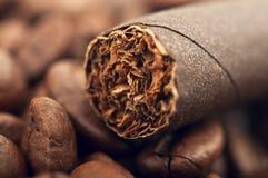 Zigarre und Kaffeebohnen stockfoto