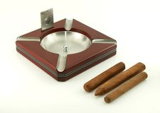 Zigarreaschenbecher mit Zigarren und Scherblock stockbild
