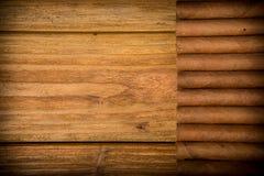Zigarren auf rustikaler Tabelle Lizenzfreies Stockfoto