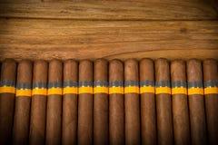 Zigarren auf rustikaler Tabelle Stockfoto