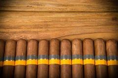 Zigarren auf rustikaler Tabelle Stockbilder