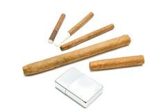 Zigarren und Zigarillos mit Feuerzeug Stockbilder