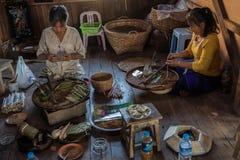 Zigarrenfertigung auf Myanmar Stockfotos