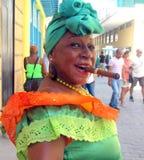 Zigarrenfrau, die für Touristen aufwirft Lizenzfreie Stockbilder