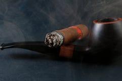 Zigarrerauch und -rohr Lizenzfreie Stockbilder