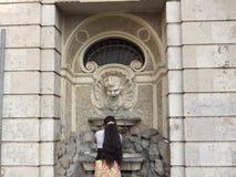Zigensk kvinna på springbrunnen Arkivbilder