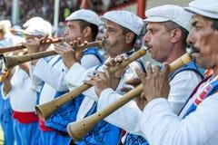 Zigenska flöjtspelare utför under konkurrens på festivalen för brottningen för Kirkpinar turkolja i Edirne, Turkiet Arkivbild