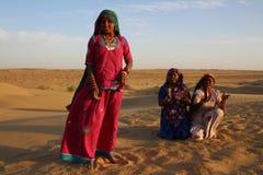 Zigenska kvinnor som dansar och sjunger i öknen, Rajasthan, Indien Royaltyfria Bilder