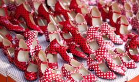 Zigenska röda skor med fläckar för polkaprick Fotografering för Bildbyråer