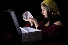 Zigeuner mit Schatztruhe Stockfotografie