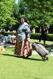 Zigeunerin mit Warenkorb lizenzfreies stockbild