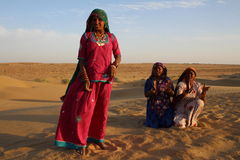 Zigeunerinnen, die in der Wüste, Rajasthan, Indien tanzen und singen Lizenzfreie Stockbilder