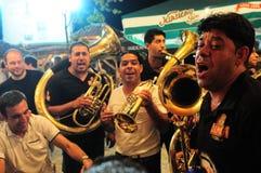 Zigeunerkunstenaars die bij Guca-Trompetfestival presteren Stock Afbeeldingen