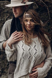 Zigeunermädchen des schönen Brunette, Hippie-Frau im boho Weißschweiß Lizenzfreie Stockfotos
