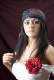 Zigeunermädchen Porträt der jungen Frau im ethnischen Kostüm stockfotografie