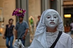 Zigeunermeisje het spelen mimo in de straten van Florence royalty-vrije stock foto