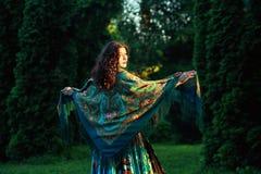 Zigeunermeisje met een sjaal Royalty-vrije Stock Afbeelding