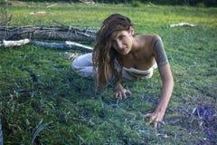Zigeunermeisje op het bosgebied kruipen royalty-vrije stock foto
