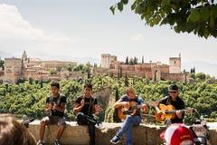 Zigeunermusici aan Granada en Alhambra op de achtergrond Stock Afbeeldingen