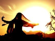 Zigeunertanzen gegen Sonne Lizenzfreies Stockbild