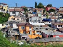 Zigeunerviertel in Varna wird dicht durch eins und mehrfarbige Gebäude des Zweigeschosses aufgebaut lizenzfreie stockbilder