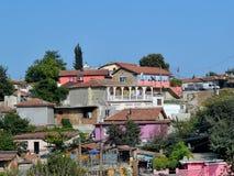 Zigeunerviertel in Varna wird dicht durch eins und mehrfarbige Gebäude des Zweigeschosses aufgebaut stockbild