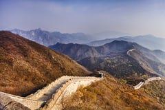 Ziguezague do Grande Muralha de China para baixo fotografia de stock