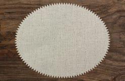 Zigzag de madera de la tabla de lino de la materia textil de la servilleta Foto de archivo libre de regalías