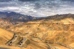 Zigzagweg, de Weg van Leh Srinagar, Ladakh, Jammu en Kashmir, India Stock Foto's