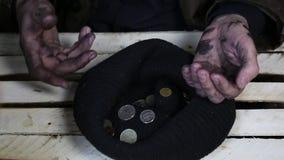 Zij bedrogen de grap over de slechte landloper De daklozen ontvingen niets stock video