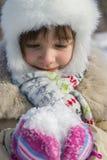 Zij bekijkt de pluizige sneeuw Royalty-vrije Stock Foto's