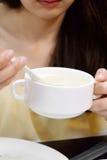 Zij die soep, de vrouw van Azië eten Stock Afbeeldingen