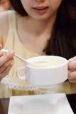 Zij die soep, de vrouw van Azië eten Royalty-vrije Stock Foto