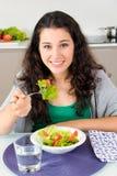 Zij eet gezond en is gelukkig en mooi Royalty-vrije Stock Foto's