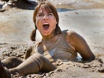Zij is geplakt in de verraste modder